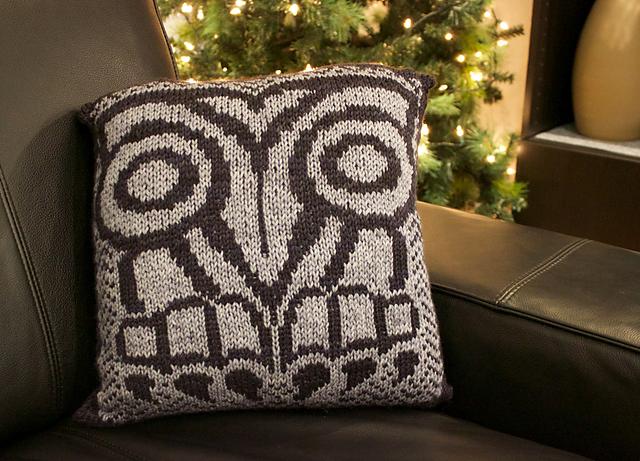 Coussin tricoté Lyle Owl Pillow par Natalie Servant