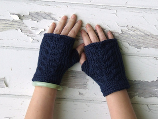 Blue_cable_mitts_1_small2