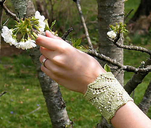 Perdita Cuff Free Knitting Pattern | Jewelry Knitting Patterns, many free patterns, at http://intheloopknitting.com/jewelry-knitting-patterns/