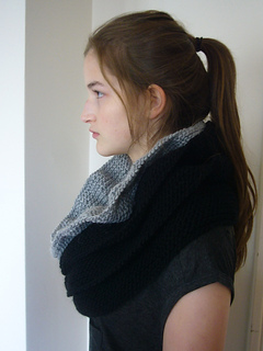 Cowl_ruffled_black_004_small2