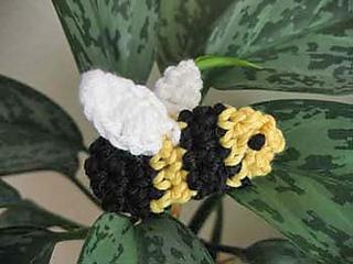 Amigurumi_bumblebee_w_white_wings_fix_small2