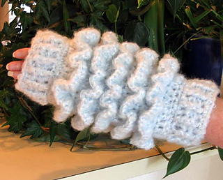 Ruffled_muff_in_divine_complete_on_1_hand_small2