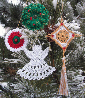 Crochet_ornaments_outside_on_pine_small2
