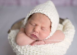 White_blanket_and_bonnet_small2