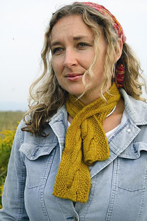 P106_cable_keyhole_scarf_model_small2