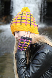 Tartania_hat_by_the_waterfall_small2