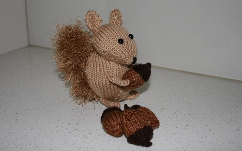 Squirrel_with_nuts_sidish_rect_medium