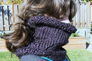Lightly_laced_cowl_1_small2