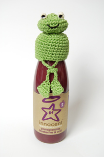Frog_crochet_hat_crossed_legs_small2