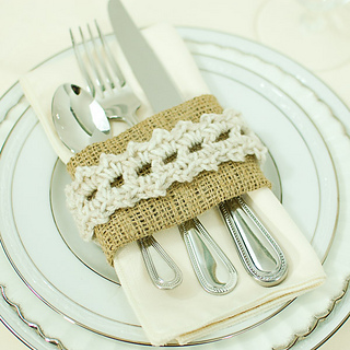 Crochet_napkin_rings_with_burlap-8_small2