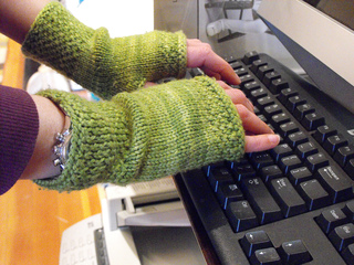 Honeycomb_wristwarmers_small2