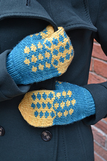 Blue-skies-and-butterflies-mitten-pattern_small2